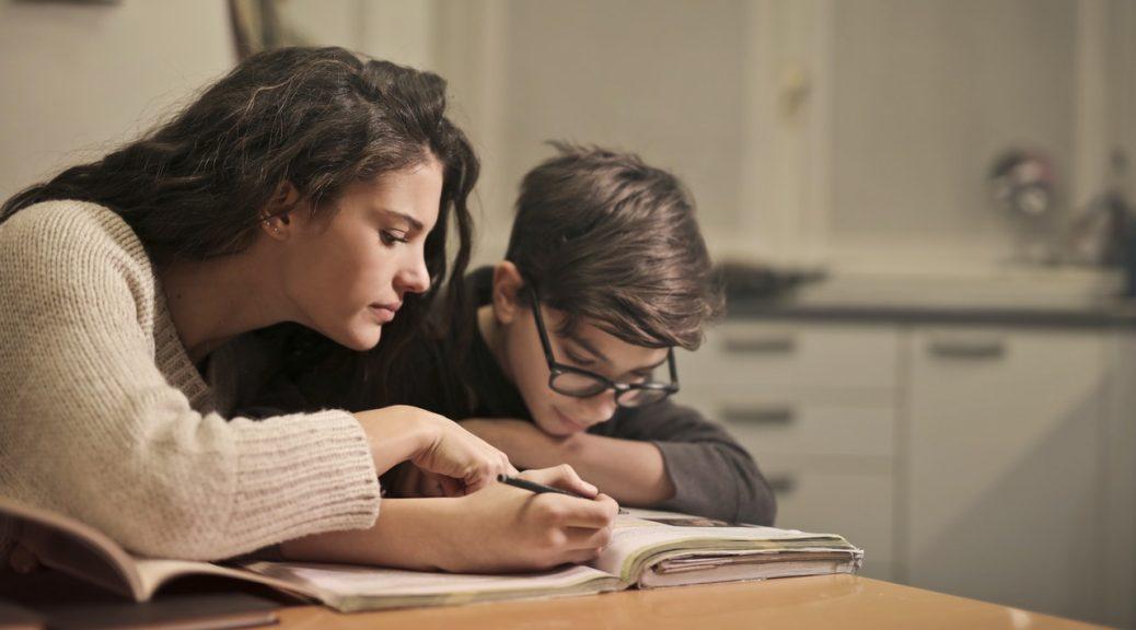 Angol magántanár diákot tanít otthon
